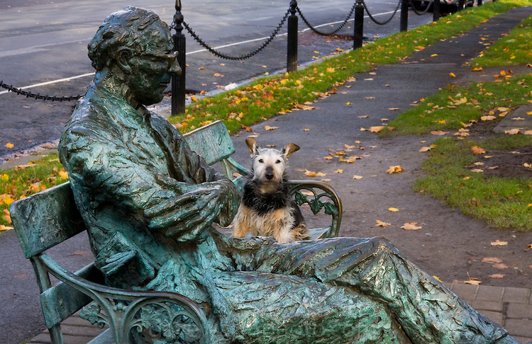 Bronze statue of poet Patrick Kavanagh on the Grand Canal, Dubli